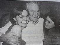 Bühnentocher Monica Anna Cammerlander mit Walter Reyer und Tochter Clascha Reyer,  Kronenzeitung 1998